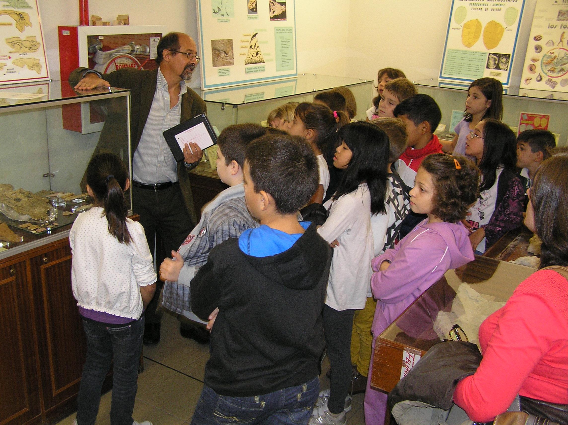 Santiago Martín explicando en la Sala de las Tortugas 2016